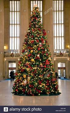 weihnachtsbaum rot silber geschmückt tree at 30th station philadelphia