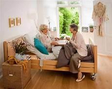 anziani a letto letti elettrici per disabili ed anziani come ottenere gli