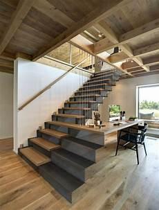 Das Design Der Treppe Bezieht Einen Schreibtisch Mit Ein