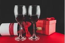 bicchieri per rosso regalo con una bottiglia di e due bicchieri di