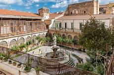 das majolikakloster mit brunnen im hof der santa caterina