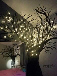 Mit Schwarzer Farbe Einen Baum An Die Wand Malen Und