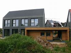 moderne einfamilienhäuser satteldach einfamilienhaus modern holzhaus satteldach holzfassade