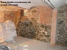 Altes Mauerwerk Reinigen - trockeneisreinigung bei losem putz und putzresten am mauerwerk