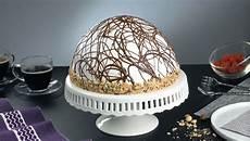 zuccotto con pan di spagna e crema pasticcera zuccotto alla crema di cocco con decorazione di ganache al cioccolato e ripieno fruttato