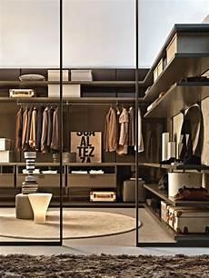Begehbarer Kleiderschrank Regal - lackierte regale in einem warmen braunton begehbarer