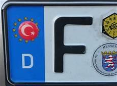 aufkleber auf autonummernschildern sind nicht erlaubt