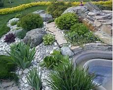 Ideen Gestaltung Steingarten - sch 246 ner steingarten mit gr 252 nen pflanzen une wasserspiel