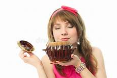 bambino sente l odore di bambino guarda tv e mangia torta fotografia stock
