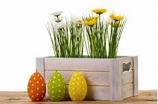candele a forma di fiore decorazione di pasqua pollo ed uovo di legno nel nido