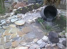 Kleiner Teich Mit Bachlauf - teich