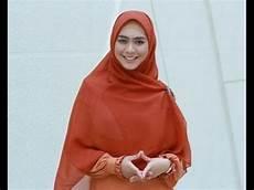 Model Cara Memakai Jilbab Segi Empat Ala Oki Setiana Dewi
