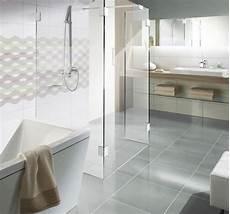 bad mit dusche und badewanne badewanne und dusche nebeneinander
