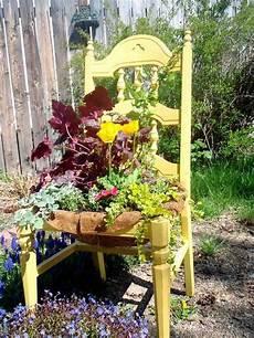 Deko Stuhl Garten - gelb gestrichener alter stuhl im garten garten alte