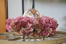 deko mit getrockneten hortensien hortensien trocknen mit diesen tipps machst du die bl 252 ten