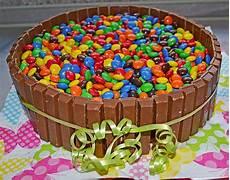 653352 960x720 Bunte Schoko Kitkat Smarties Torte Jpg 913