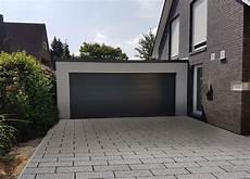 doppelgarage am haus sch 246 ne doppelgarage passend zum haus mit ral7016 sektionaltor garage aus holz garage bauen