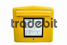 Gelber Deutsche Post Briefkasten Freigestellt