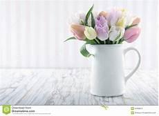 foto vasi vaso bianco con i tulipani variopinti fotografia stock