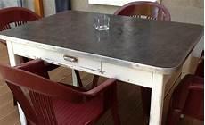 transformer une table en bois en beton cire table de lit