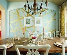 wände mit streifen gestalten farbgestaltung im wohnzimmer mit gl 228 nzenden goldenen