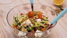 Low Carb Nudelsalat - low carb zoodles nudelsalat mit tomaten und feta