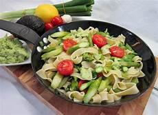 Grüner Spargel Mit Nudeln - gebratener gr 252 ner spargel mit avocadocreme und breiten