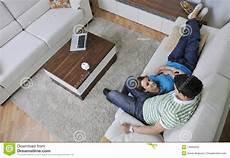 entspannen zu hause paare entspannen sich zu hause auf sofa im wohnzimmer stockfoto bild leben beil 228 ufig