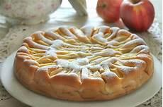 torta con crema pasticcera e panna montata sbriciolata con crema pasticcera mele e mandorle rossellainpadella