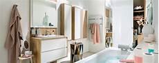 salle de bain blanche et bois ambiance scandinave mobalpa