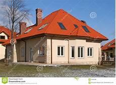 Haus Auf Dem Dach - haus mit rotem dach lizenzfreies stockbild bild 4340036