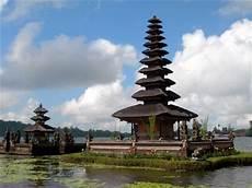 turisti per caso indonesia il templio sull acqua viaggi vacanze e turismo turisti