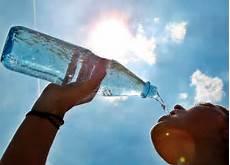 Wie Viel Trinken Am Tag Rechner - richtig trinken wieviel wasser ist gesund und wieviel ist
