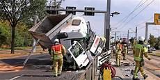 Unfall Dresden Heute - t 246 dlicher unfall in dresden lkw kracht in haltestelle