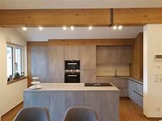 küche beton optik k 252 che in harter betonoptik und weicher eichenverkleidung