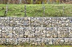 st 252 tzmauer mit gabionen gebaut gabionenzaun rock wall