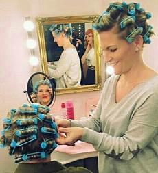 mom puts curlers in boys hair de 483 b 228 sta femme hair boi s bilderna p 229 pinterest