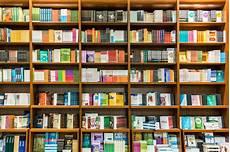scaffale per libri scaffale per libri in biblioteca con i libri da vendere