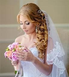 Gelockte Brautfrisur Mit Schleier Hochzeitsfrisuren