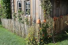 zaun für hanglage holz staketenzaun aus europ 228 ischem kastanienholz