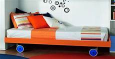 letti con rotelle letto singolo sommier colorato con ruote per cameretta