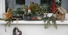 blumenkästen dekorieren winter fensterbank mit weihnachtsdeko bilder und fotos