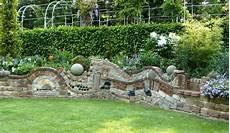 wasserspiele für den garten bildergebnis f 252 r ruinenmauer aus alten abbruchziegeln ruinenmauer gartenmauern und ummauerter
