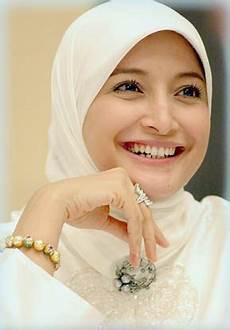 Muslimah Cara Menggunakan Jilbab Segi Empat