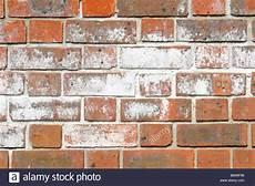 Altes Mauerwerk Reinigen - efflorescence salts on brick wall stock photo 30064306