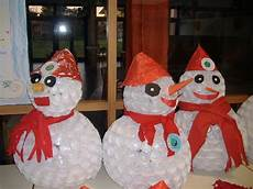 babbo natale con bicchieri di plastica i pupazzi di neve dei bambini di stezzano realizzati con