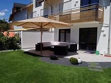 garten doppelhaushälfte gestalten doppelhaus terrasse mit kanfanar kalksteinplatten und