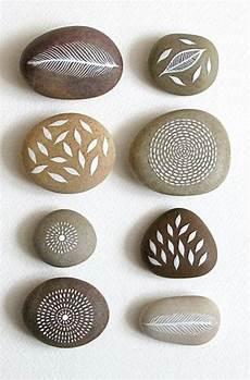 bastelideen bemalte steine natur motive feder und bl 228 tter