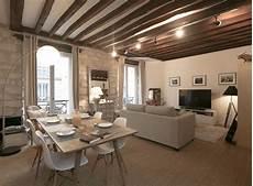 maison apparente d 233 coration d un salon avec chaises eames table bois