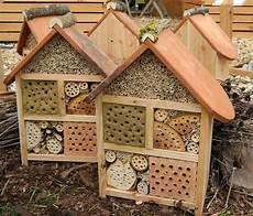 wildbienenhaus mit biberschwanz dachziegel schilf garten
